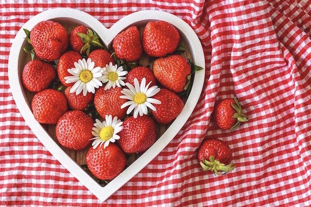 fete-des-meres-fraises-nappe-forme-de-coeur-640x427